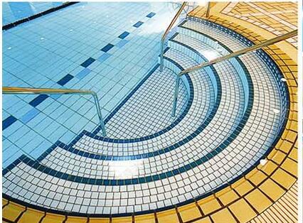 修建游泳池 选择游泳池马赛克还是传统泳池砖不在纠结